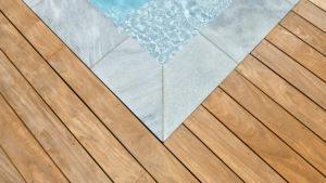 Terrasse en bois exotique Cumaru margelle en pierre naturelle