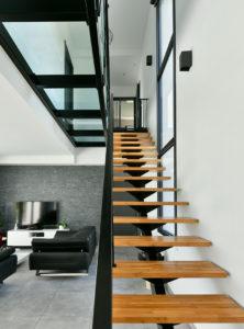 Escalier métal, marches en chêne, plancher de verre réalisé par un artisan ferronier
